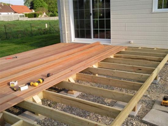 poser une terrasse en bois sur sol meuble - Construire Une Terrasse En Bois Sur Sol Meuble