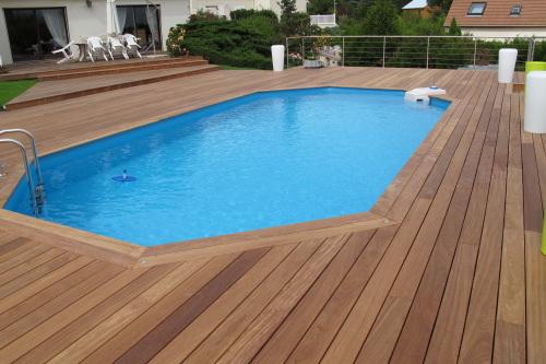 piscine avec terrasse en bois