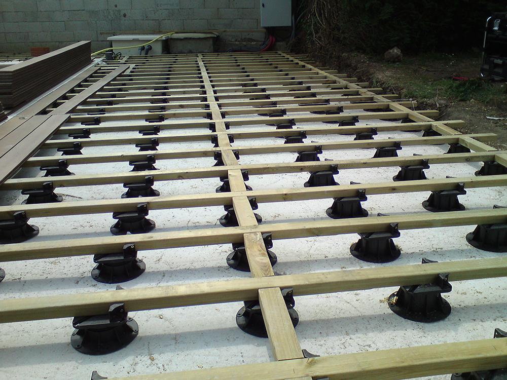 plot bois latest du geotextile et des plots pour la structure d une terrasse en bois with plot. Black Bedroom Furniture Sets. Home Design Ideas